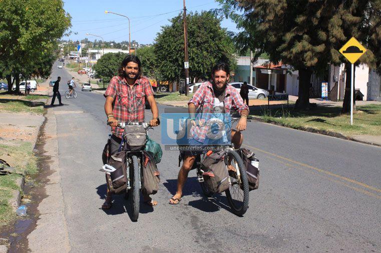 En Paraná. Mariano y Diego  ayer con sus bicicletas