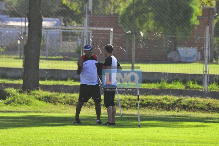 El técnico del Rojinegro habló con Sebastián Bértoli mientras se desarrollaba la práctica de ayer. Foto UNO /Juan Manuel Hernández