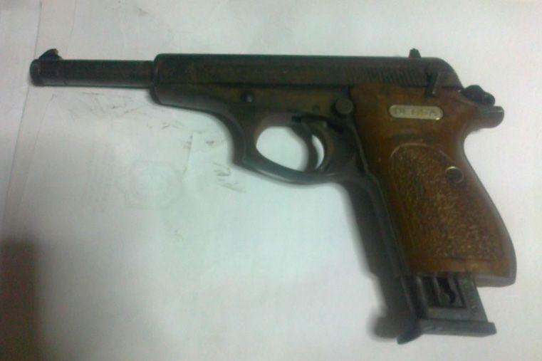 Mujer intentó robarle el arma a un policía