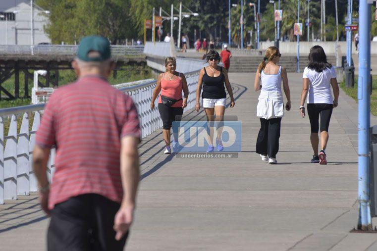 Constante. Ayer a la siesta miles de paranaenses salieron a caminar disfrutando los 20º al sol.  Foto UNO/Mateo Oviedo