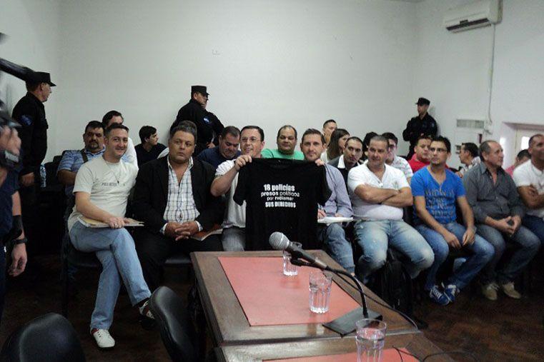 Postura. Los policías se definen como presos políticos.  Foto Diario Río Uruguay