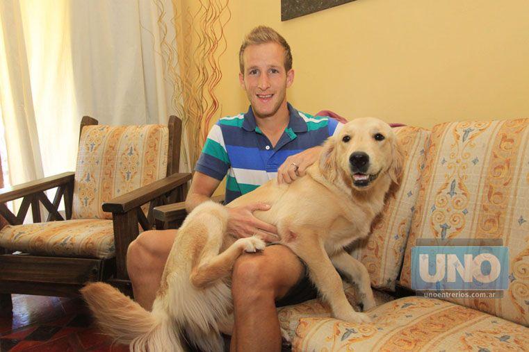 PRESENTE. Hasta la mascota quiso participar de la convocatoria de UNO y posó con el famoso de la casa.   Foto UNO/Juan Ignacio Pereira