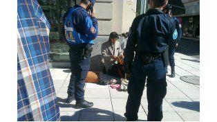Así defendieron a un artista callejero rodeado por policías
