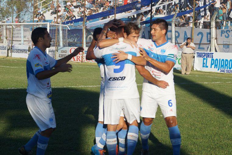Los jugadores de Gimnasia celebran una de las conquistas anotadas en la cómoda victoria ante Vélez de San Ramón.