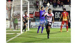 El volante le otorgó a Patrón mayor capacidad de tenencia de pelota al Rojinegro en Caballito.    Foto UNO/ Diego Arias
