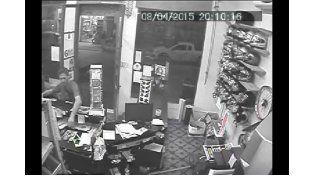 Así un cliente roba un celular en un comercio de Concordia