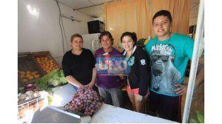 Felices. Mariela Almeida y su familia tienen una verdulería y contaron cómo vivieron el nacimiento del barrio. Foto UNO/Juan Ignacio Pereira