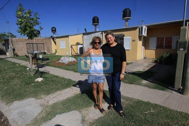 Mariela y Claudia. Son vecinas desde que la calle era todo barro. Foto UNO/Juan Ignacio Pereira