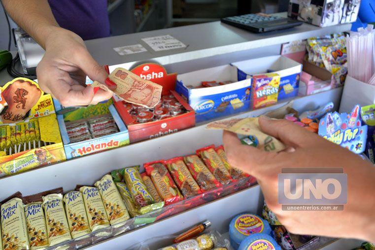 Rotos. Los comerciantes se quejan porque reciben cada vez más billetes rotos.  Foto UNO/Mateo Oviedo