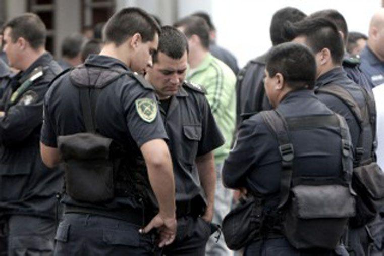 Distracción. Numerosos policías fueron encontrados escuchando música.  Foto: Télam