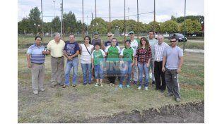 Los jugadores y dirigentes se acercaron a la cancha para tomarse la foto.  Foto UNO/Mateo Oviedo