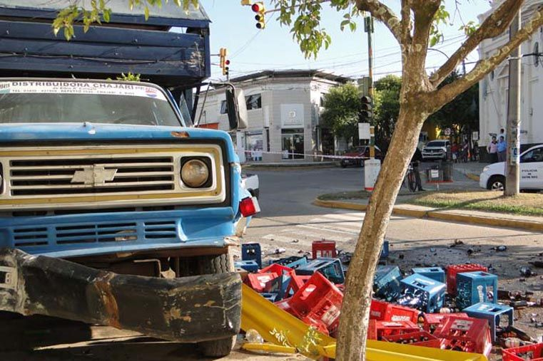 Un camión repartidor se quedó sin frenos e impactó contra un bar