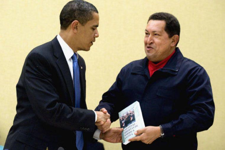 El momento en que Obama recibió de manos de Chávez Las venas abiertas de América Latina