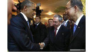 Histórico saludo entre Barack Obama y Raúl Castro en el inicio de la Cumbre de las Américas en Panamá