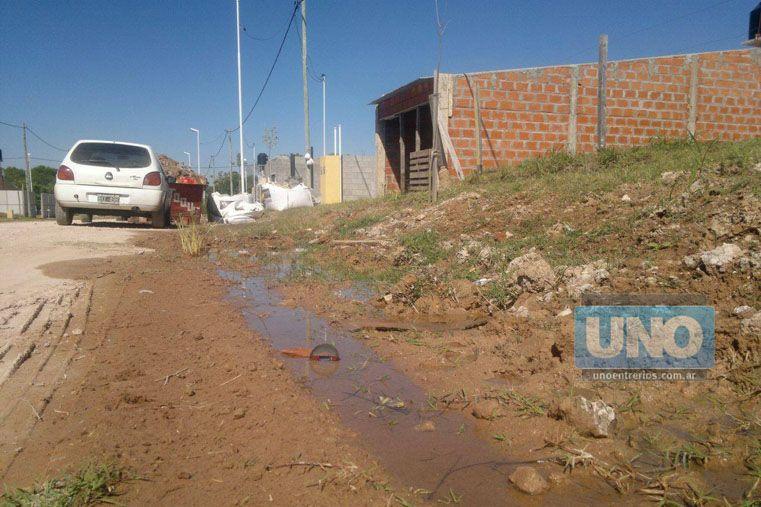 Drenaje. En el barrio hay agua que brota desde el piso y el líquido recorre unos 100 metros por la calle. (Foto UNO/Pablo Felizia)