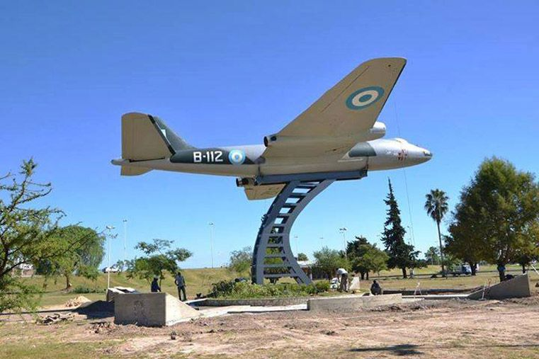Patrimonio. El avión emplazado en uno de los accesos a Paraná homenajea a los veteranos y caídos en Malvinas.