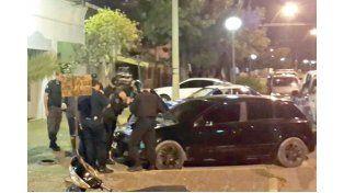 Con las manos en la masa. El policía se encontraba dentro del auto. Foto UNO/Archivo