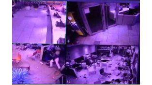 Difunden el video del policía que entró a los tiros a un McDonalds de Rosario