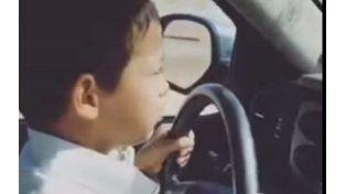 Un video muestra niño al volante de un auto a 200 kilómetros por hora