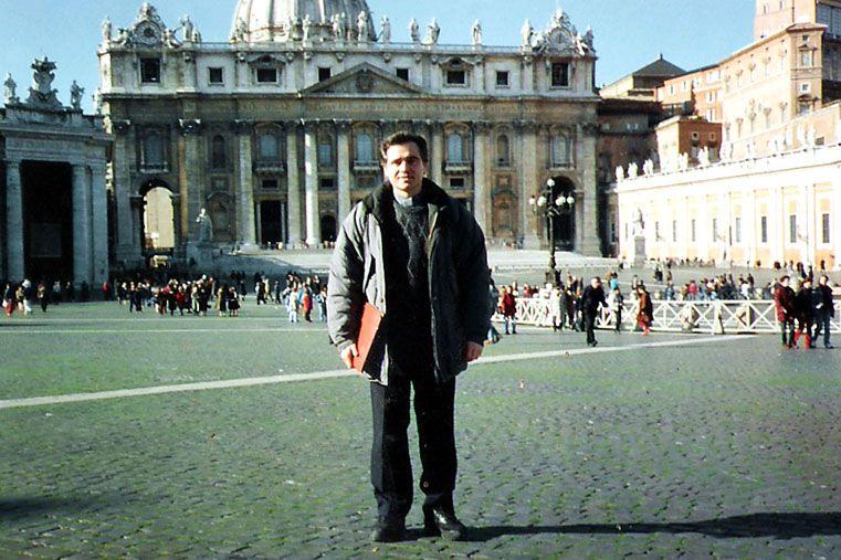 Conocido los abusos el cura fue enviado a Roma a realizar un postgrado.