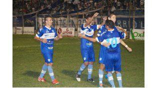 Los jugadores del equipo uruguayense festejan a lo grande la primera victoria en el torneo.