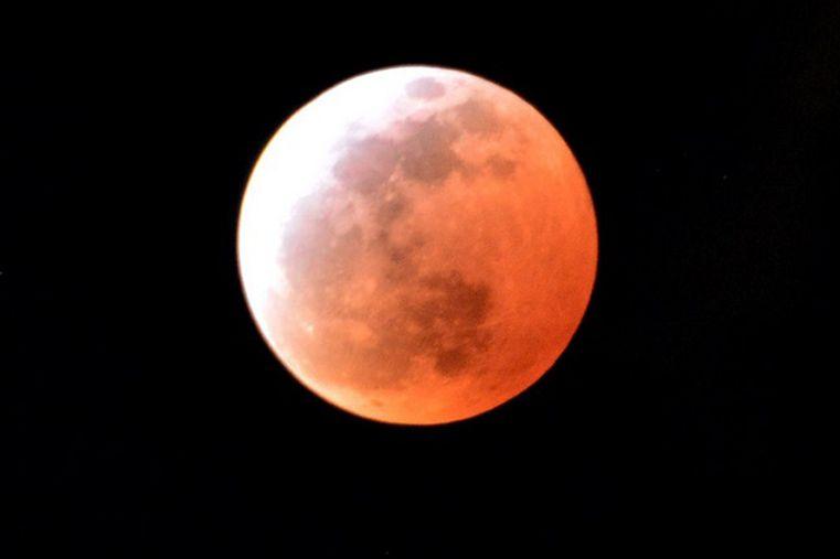 El eclipse más fugaz en un siglo tiñó la luna