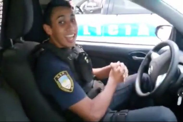 Escándalo en Mendoza por un video de policías bromeando en una patrulla