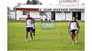 Quintana y Leo Acosta en la práctica de ayer. El Pelado habló del buen presente del equipo Rojinegro. (Foto UNO/Mateo Oviedo)