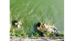 Un hombre se arrojó a un lago porque su novia era fea