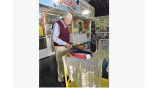 ARTESANO DEL SONIDO. El luthier Luis Zapata fabrica y arregla instrumentos musicales.