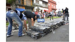 Tamaños. La marihuana estaba en ladrillos pequeños y grandes bultos. (Foto UNO/Mateo Oviedo)