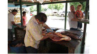 De viaje. Los turistas quedan sorprendidos con el trabajo de los puesteros. El dorado viaja para Córdoba. (Foto UNO/Diego Arias)