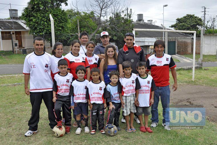 Hay equipo. A los grupos de chicos se sumaron también las Mami Fútbol. Foto UNO/Mateo Oviedo