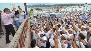 Urribarri recorrió el barrio de la Tupac Amaru junto a Milagro Sala