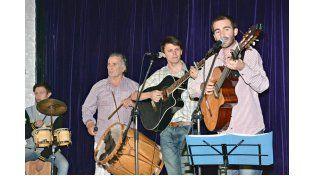 EL ANFITRIÓN. Silvestre Cabaña cierra la peña cada jueves con su variado repertorio.