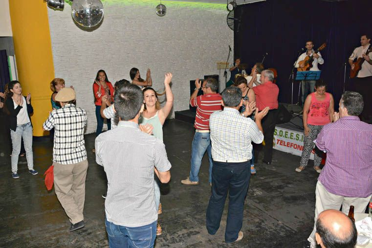 ZAPATEO Y ZARANDEO. El público nunca se resiste y ocupa la pista de baile.