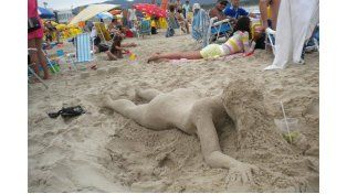 Siluetas. Gustavo recrea figuras con arena.