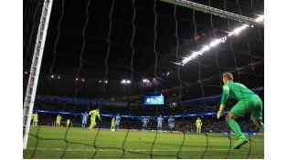 A Messi le atajaron un penal y después desperdició el rebote