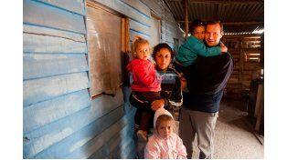 Gustavo Mendoza junto a una familia carenciada del volcadero (Foto UNO/Archivo/Ilustrativa)