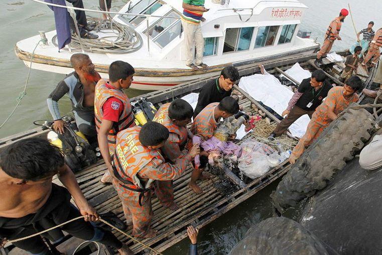 Tragedia. Unas 150 personas salvaron su vida al zozobrar la embarcación.