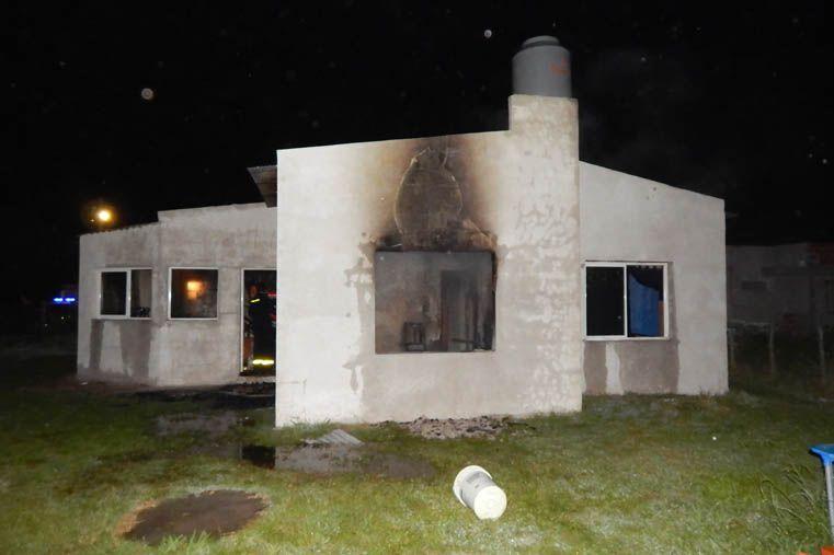 Voraz incendio consumió una vivienda