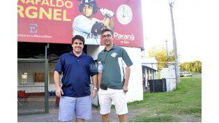 Julio Gamarci (el torneo lleva su nombre) y Duilio Scialacomo juntos en la puerta del Estadio Cargnel. (Foto UNO/Juan Manuel Hernández)