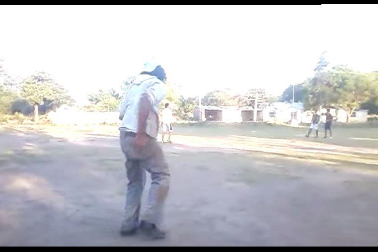 Video de borracho que intenta jugar fútbol causa furor