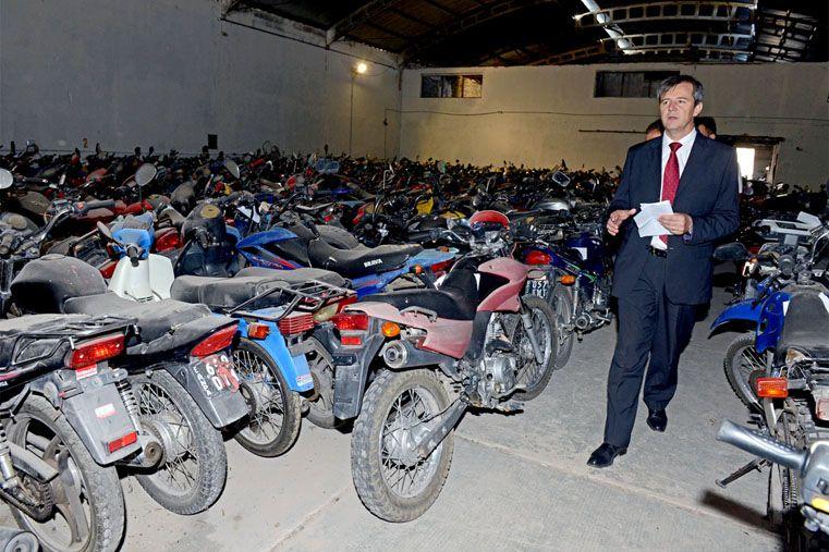 Bahl recorrió el lugar donde están depositadas las más de 5.000 motos retenidas en Paraná (Foto: Prensa Gobernación)