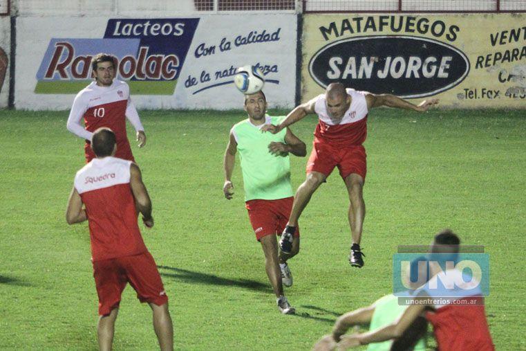 Cozzoni gana en las alturas ante la presencia de Fernando Benítez.   Foto UNO/ Diego Arias