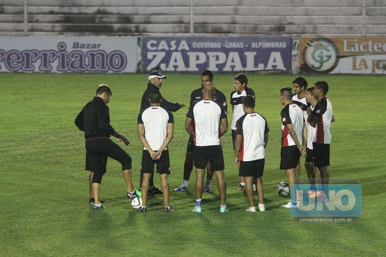 En la previa del ensayo futbolístico el entrenador reunió a los titulares y les refrescó conceptos.   Foto UNO/Diego Arias