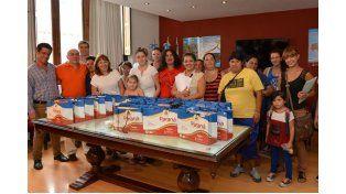 Oportunidad. Las mujeres también recibieron un kit escolar para sus hijos.