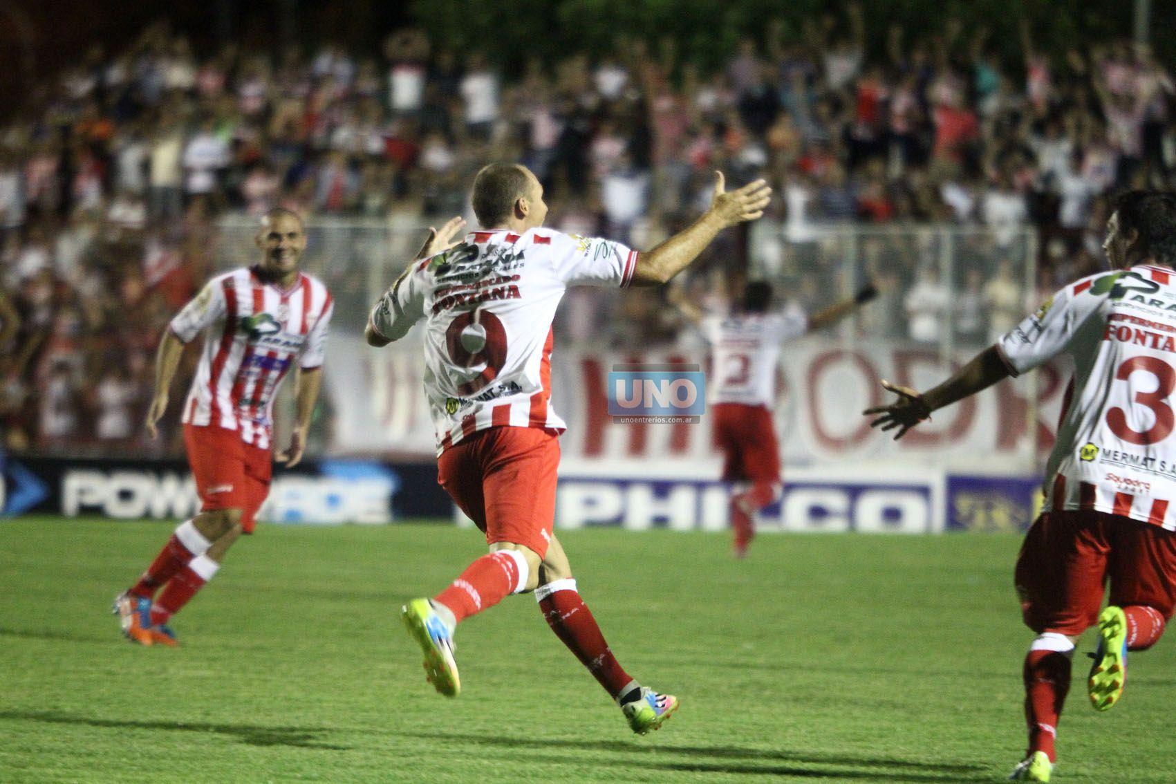El jugador festeja el tanto de Atlético Paraná. Dejó una buena imagen. (Foto UNO/Diego Arias)