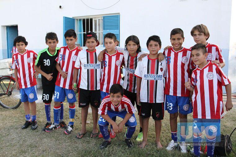 Todos juntos. Los jugadores de Paraguay junto a los chicos de Paraná. Todos cosecharon amistades que quedarán selladas con el correr del tiempo.  Foto UNO/Diego Arias
