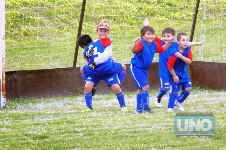 Festejo. Los pequeños jugadores festejan tras haber ganado en unos de los partidos del certamen organizado por la entidad de la capital entrerriana.  Foto UNO/Diego Arias